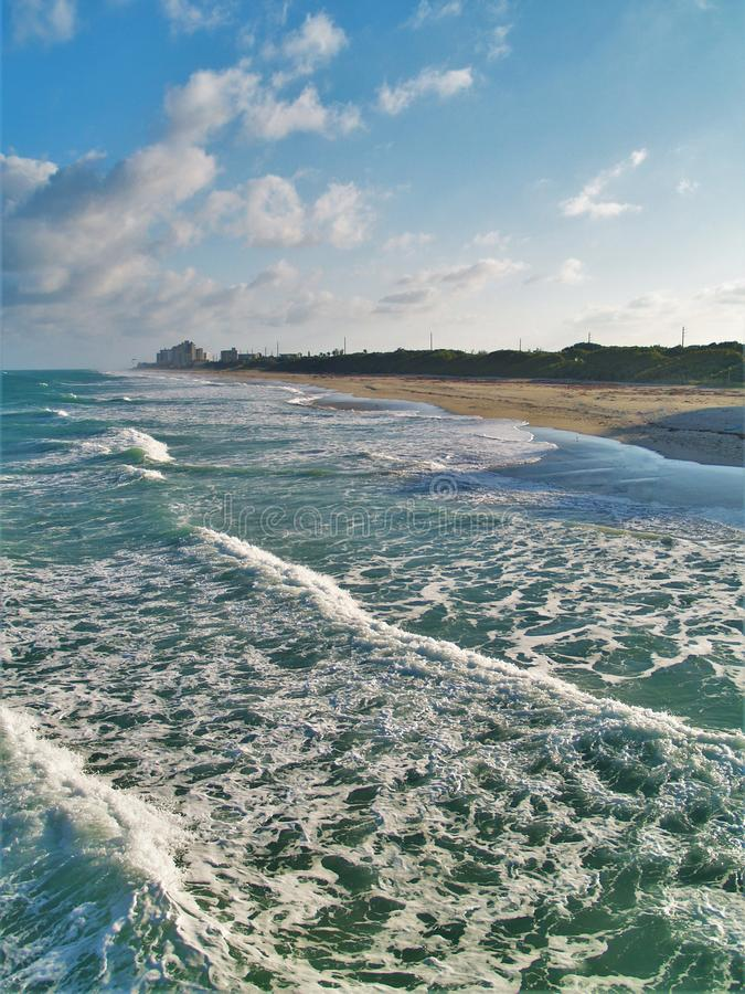 Przypływu i turkusu zieleni woda przy Juno plażą zdjęcia stock