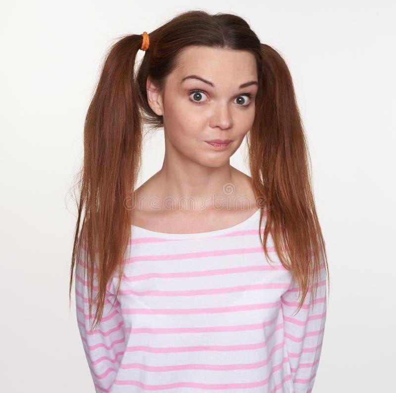 Przypadkowa ładna młoda dziewczyna z pigtails odizolowywającymi zdjęcie royalty free