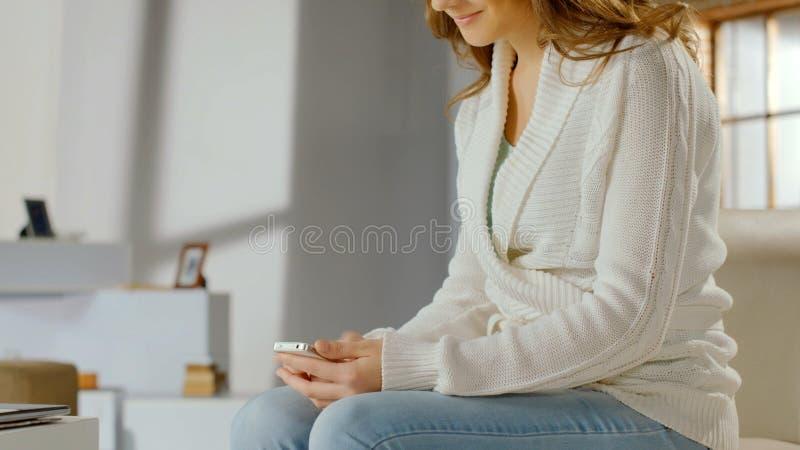 Przypadkowa żeńska pisać na maszynie wiadomość na telefonie komórkowym, gawędzi w komunikaci app zdjęcia royalty free