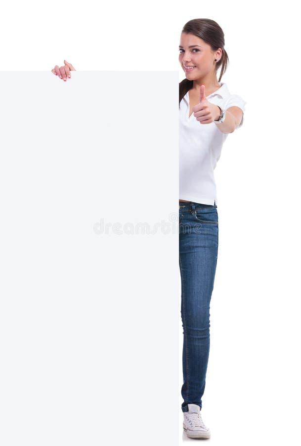 Przypadkowa kobieta z panelem i ok znakiem obrazy stock