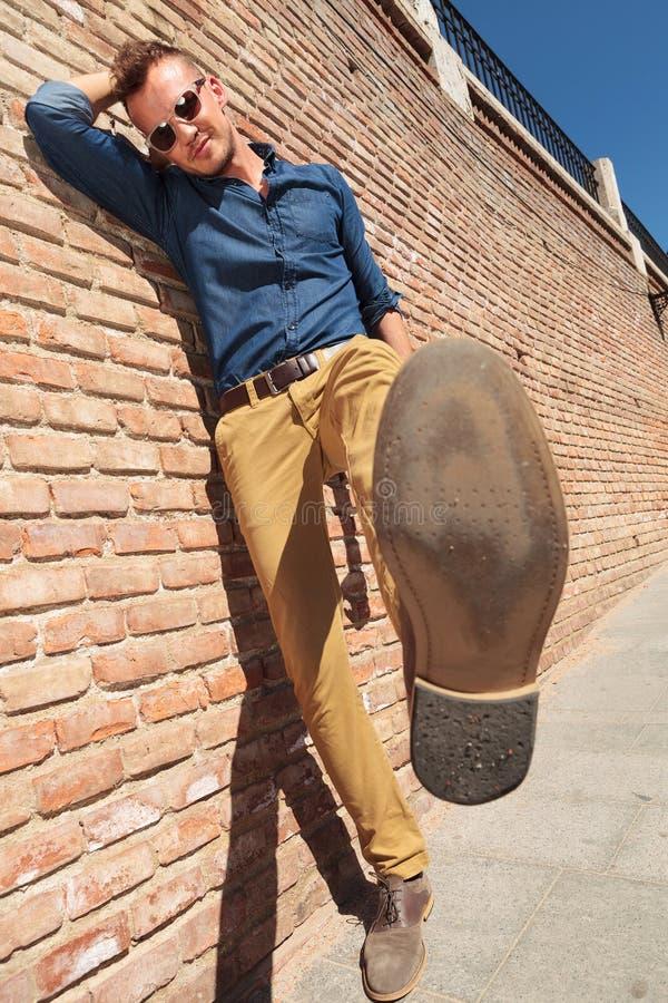 Przypadkowa mężczyzna przedstawień stopy podeszwa obrazy royalty free