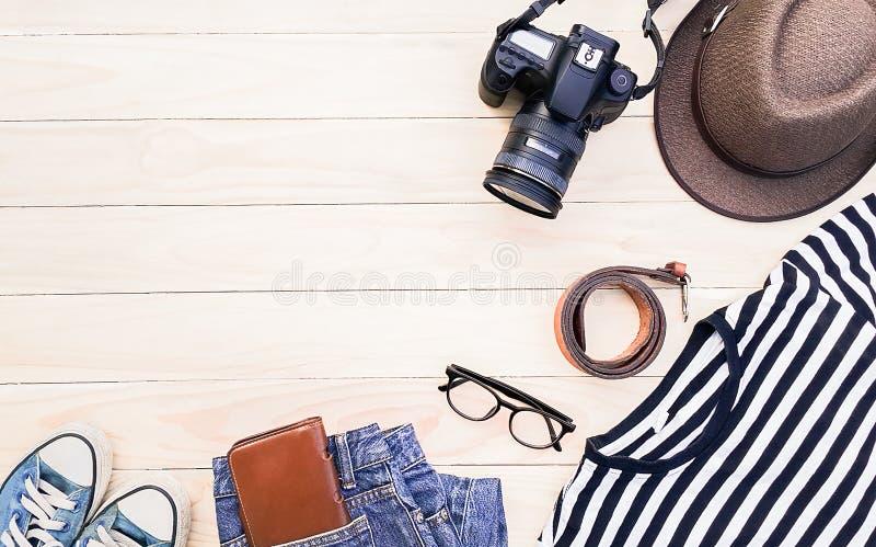 Przypadkowa odzież, akcesoria, Błękitni sneakers, paski, roczników kapelusze, cyfrowe kamery, szkła, portfle i cajgi na drewniany obraz stock