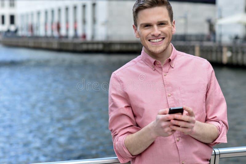 Przypadkowa poza uśmiechnięty mężczyzna przy outdoors zdjęcie stock