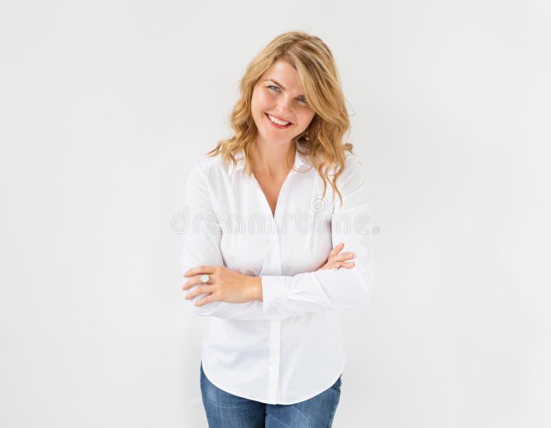 Przypadkowa przyglądająca bizneswoman pozycja, ono uśmiecha się i fotografia royalty free