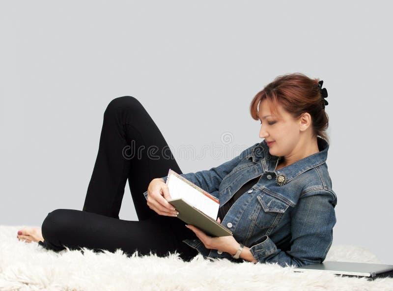 przypadkowa relaksująca kobieta zdjęcia royalty free