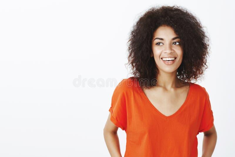 Przypadkowa rozmowa z przyjaciela utrzymania umysłem relaksującym Pozytywna atrakcyjna afroamerykańska kobieta z afro fryzurą w k fotografia stock
