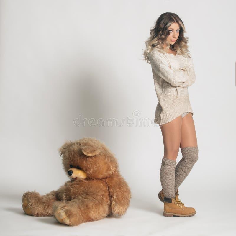Przypadkowa uśmiechnięta młoda kobieta w zimy ubraniowego mienia dużej miękkiej części t fotografia stock