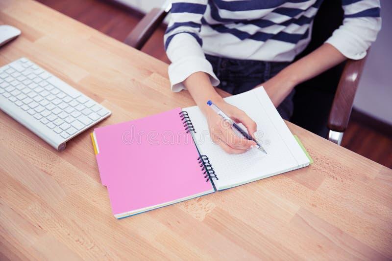Przypadkowe kobiety writing notatki zdjęcia royalty free