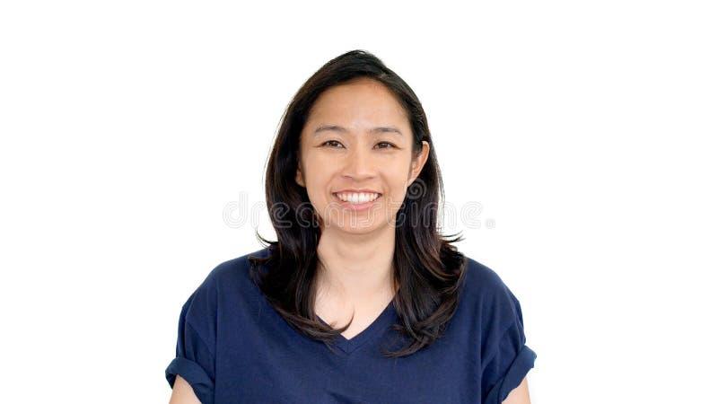 Przypadkowego azjatykciego dziewczyny białego tła uśmiechnięta twarz z relaksuje trójnika s obraz stock