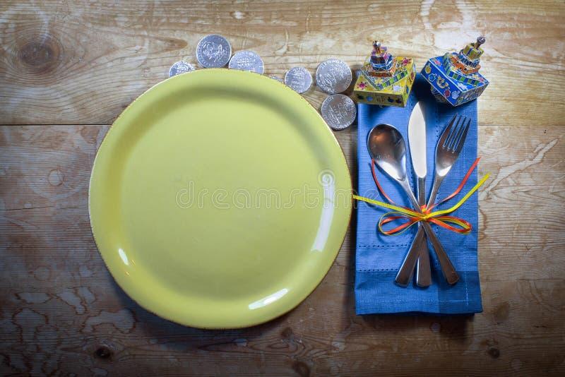 Przypadkowego kraju Hanukkah miejsca obiadowy położenie z kolorowymi dreidels i gelt zdjęcie stock