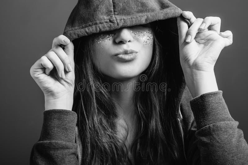 Przypadkowej młodej kobiety kokieteryjny wyraz twarzy zdjęcia stock