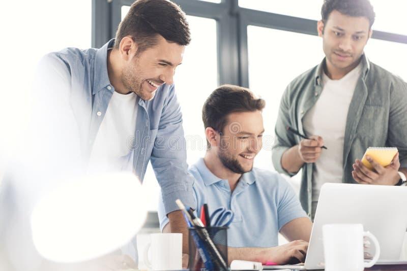 Przypadkowi biznesmeni pracuje na nowym projekcie przy nowożytnym biurem zdjęcie stock