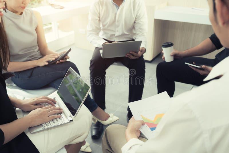Przypadkowi busniess ludzie spotyka przy nowożytnym biurem Biznes drużynowy c zdjęcie stock