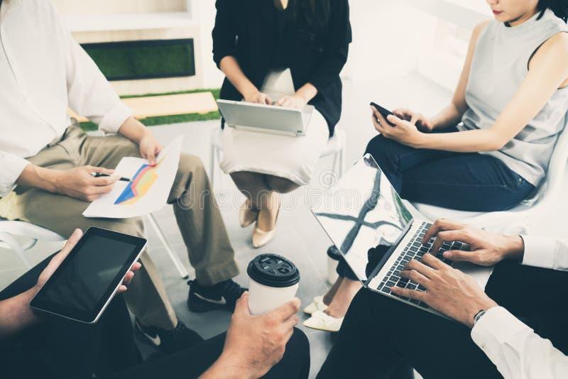 Przypadkowi busniess ludzie spotyka przy nowożytnym biurem Biznes drużynowy c zdjęcie royalty free