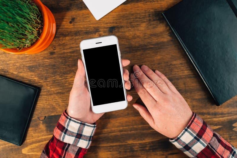 Przypadkowy żeński projektant grafik komputerowych używa mądrze telefon zdjęcia stock