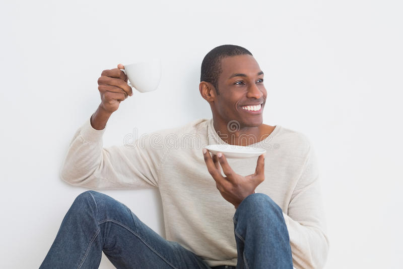 Przypadkowy Afro mężczyzna ma herbaty przeciw ścianie fotografia royalty free