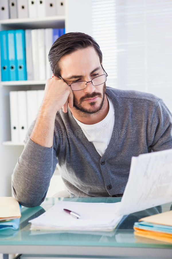 Przypadkowy biznesmen pracuje przy jego biurkiem fotografia royalty free