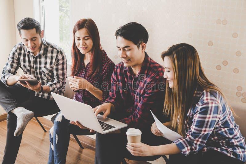 Przypadkowy biznesowy zaczyna up drużynowy dyskutować w spotkaniu obraz stock
