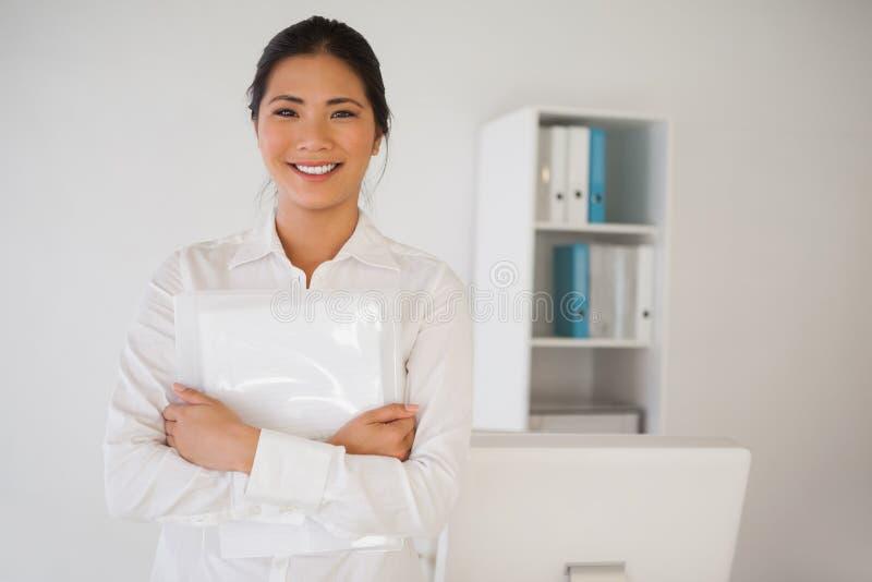 Przypadkowy bizneswoman ono uśmiecha się przy kamerą obrazy royalty free