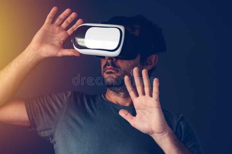Przypadkowy dorosły mężczyzna z rzeczywistości wirtualnej VR słuchawki zdjęcie royalty free