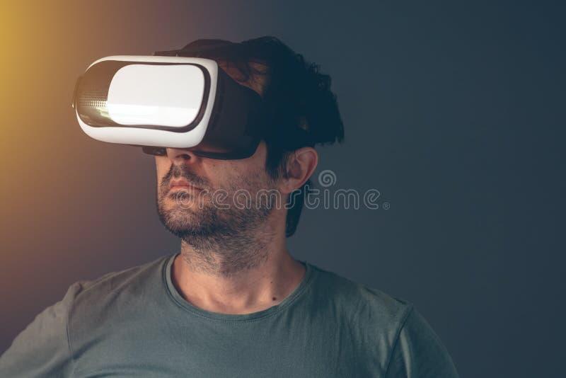 Przypadkowy dorosły mężczyzna z rzeczywistości wirtualnej VR słuchawki obraz royalty free