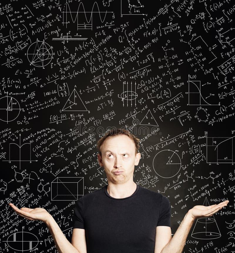 Przypadkowy mężczyzna z pustym otwiera ręki na blackboard nauki tle Edukacja, studencki egzamin i brainstorm pojęcie, obraz royalty free