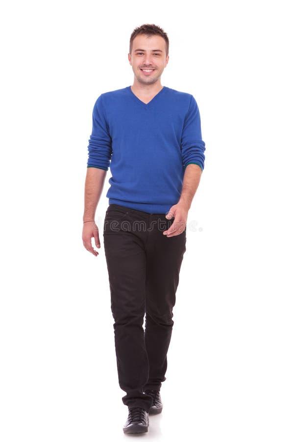 Download Przypadkowy Mężczyzna Chodzi Obraz Stock - Obraz złożonej z moda, biały: 28955451