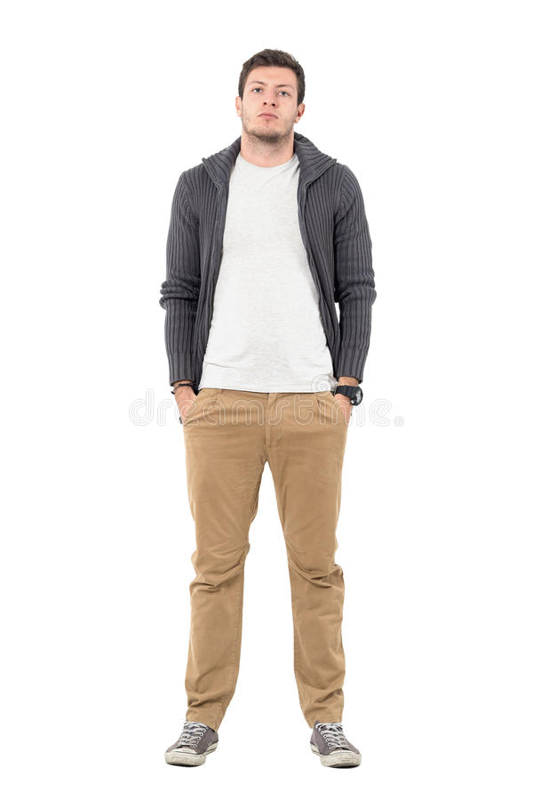 Przypadkowy mężczyzna jest ubranym zamka błyskawicznego pulower nad białą koszula pozuje z rękami w kieszeniach fotografia stock