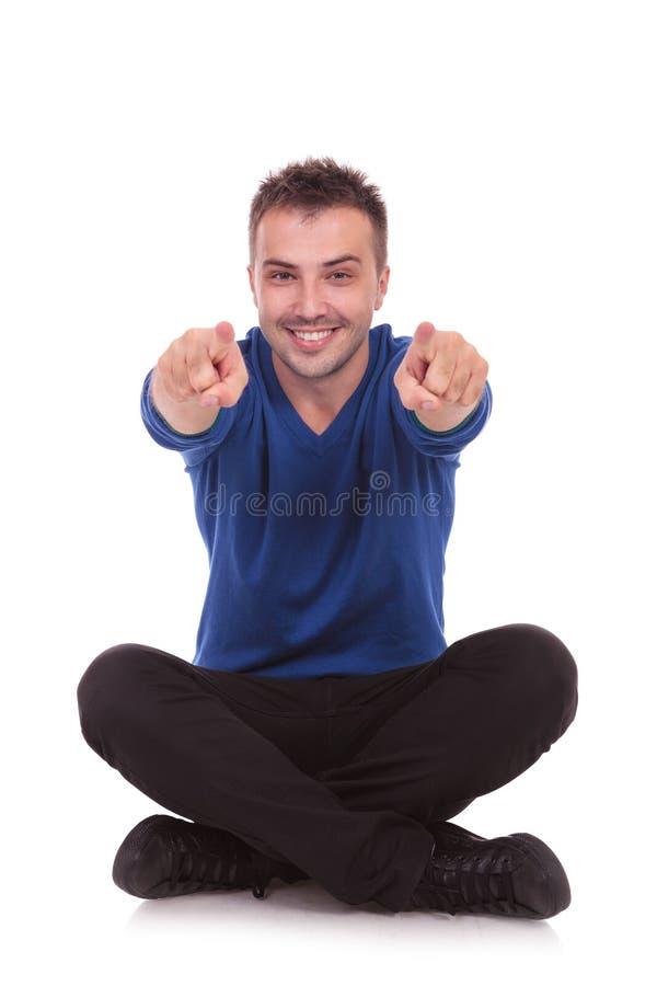 Download Przypadkowy Mężczyzna Obsiadanie, Wskazywać I Zdjęcie Stock - Obraz złożonej z ręka, przypadkowy: 28955460