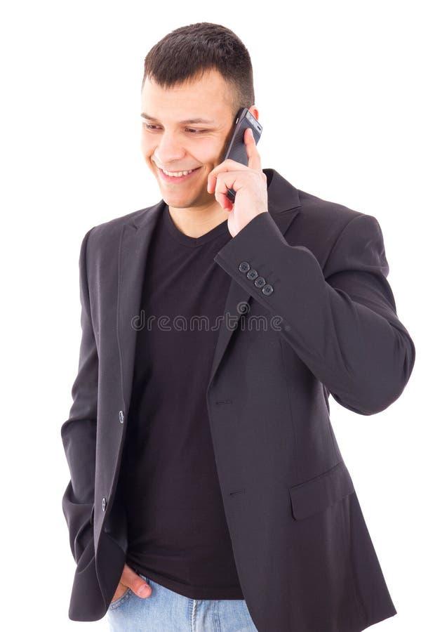 Przypadkowy mężczyzna opowiada nad mobilnym i uśmiechniętym w kostiumu obrazy royalty free