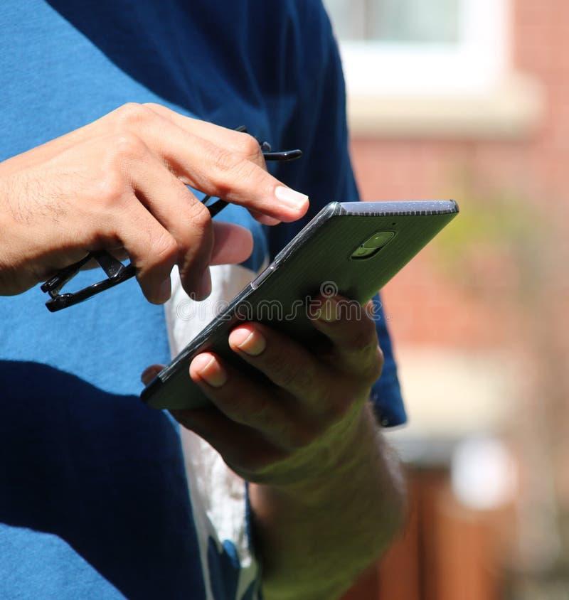 Przypadkowy mężczyzna ` s wręcza używać mobilnego brus obrazy stock