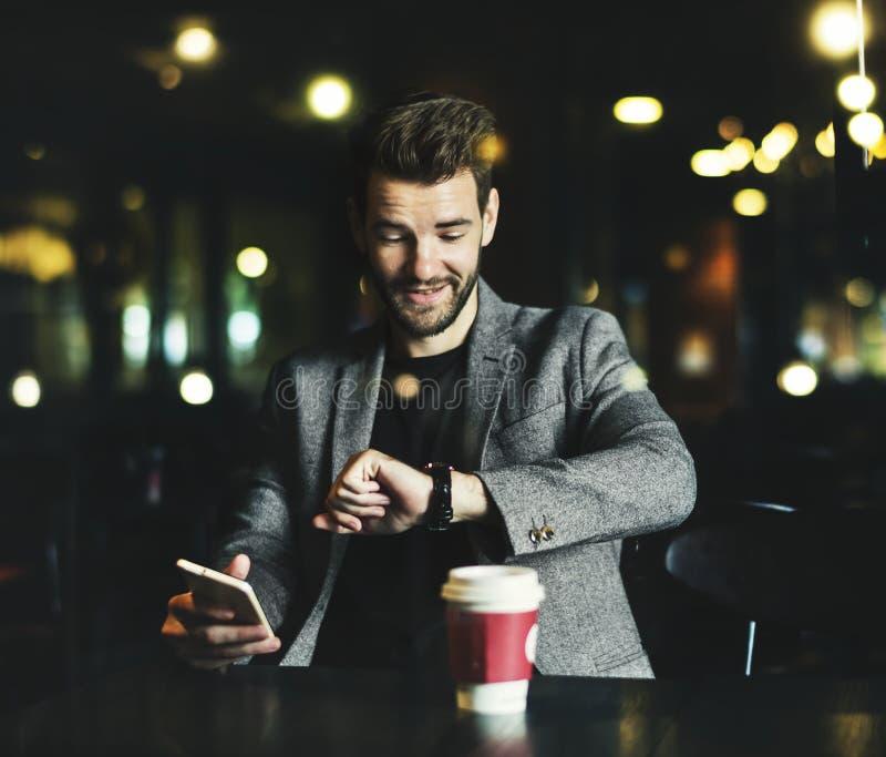 Przypadkowy mężczyzna używa telefon komórkowego w kawiarni fotografia stock