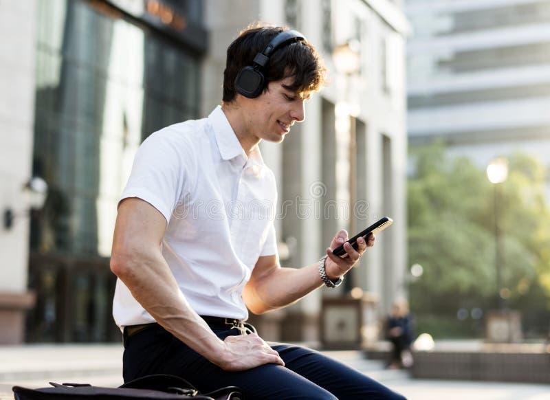 Przypadkowy młody człowiek słucha muzyka zdjęcia stock