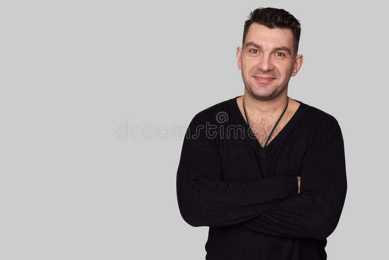 Przypadkowy młody przystojny mężczyzna ono uśmiecha się zdjęcia stock