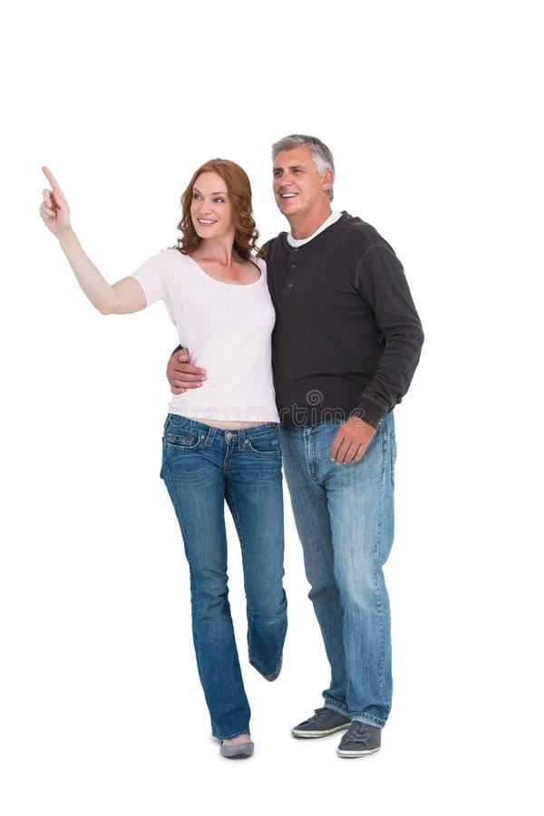 Przypadkowy pary odprowadzenie, wskazywać i zdjęcie stock