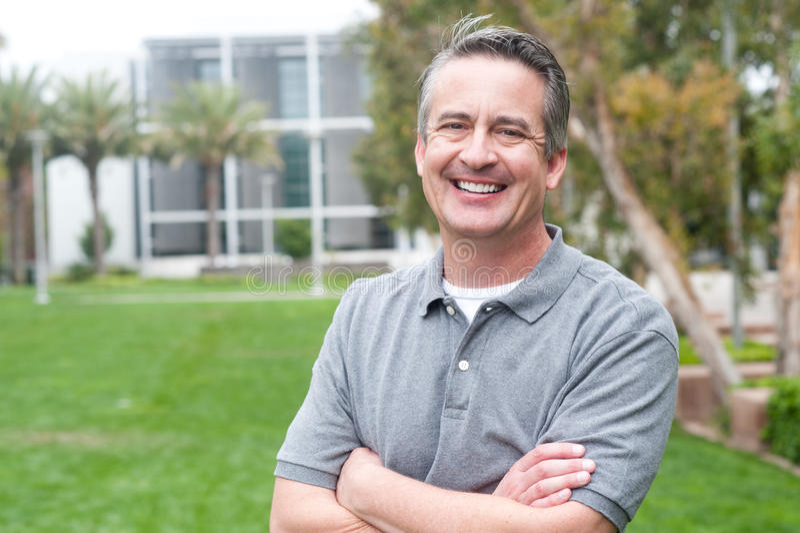 Przypadkowy portret dojrzały, szczęśliwy mężczyzna, zdjęcie royalty free