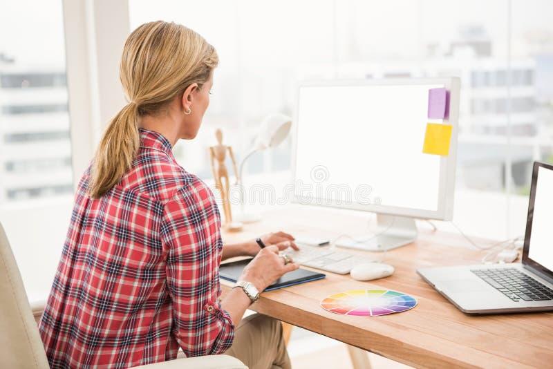 Przypadkowy projektant pracuje z digitizer i komputerem zdjęcia royalty free