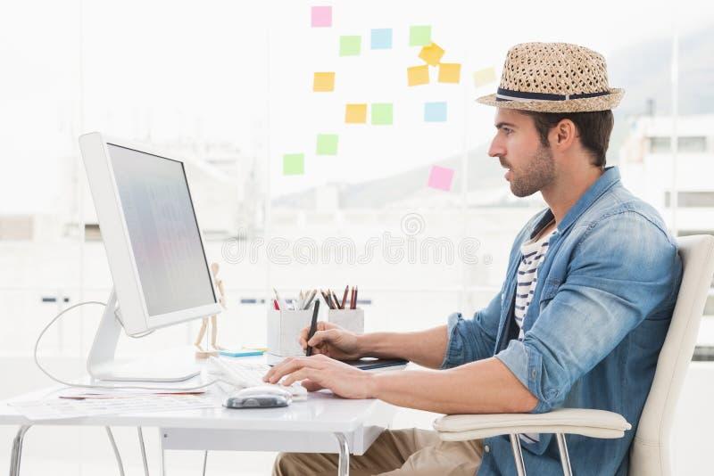 Przypadkowy projektant używa komputer i digitizer zdjęcia stock