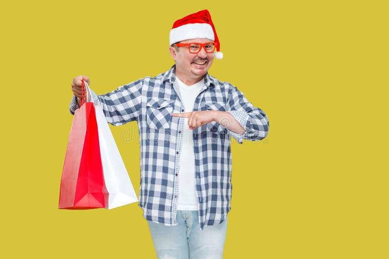 Przypadkowy projektujący śmieszny w średnim wieku mężczyzna w czerwonej nowego roku Santa nakrętce, e obrazy stock