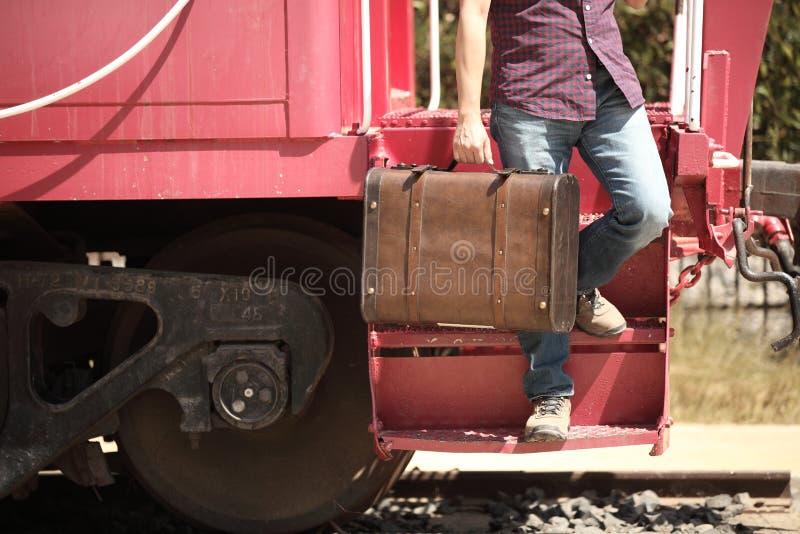 Przypadkowy turysta z retro walizką dostaje daleko pociąg zdjęcia stock
