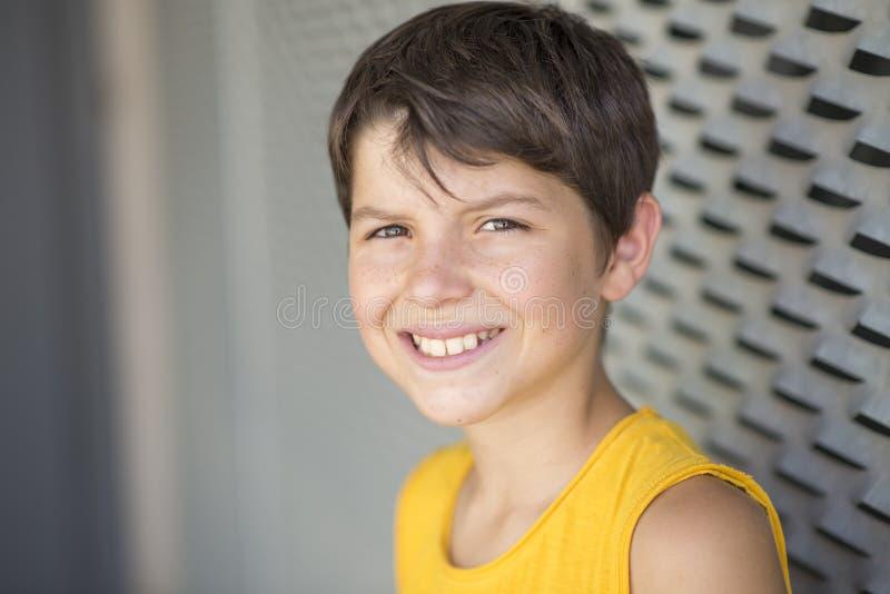 Przypadkowy ubierający młody nastoletni łyżwiarka portreta styl życia outdoors obrazy royalty free