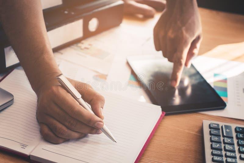 Przypadkowy Zaczyna up Biznesowego mężczyzna writing notatkę od dane na papierze i pastylce w spotkaniu obraz stock