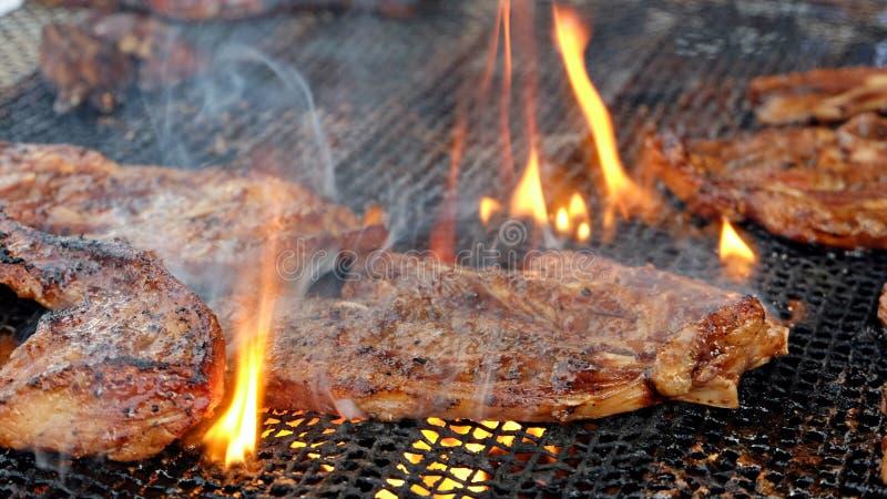 Przypalam piec na grillu jagnięcych kotleciki zdjęcie stock