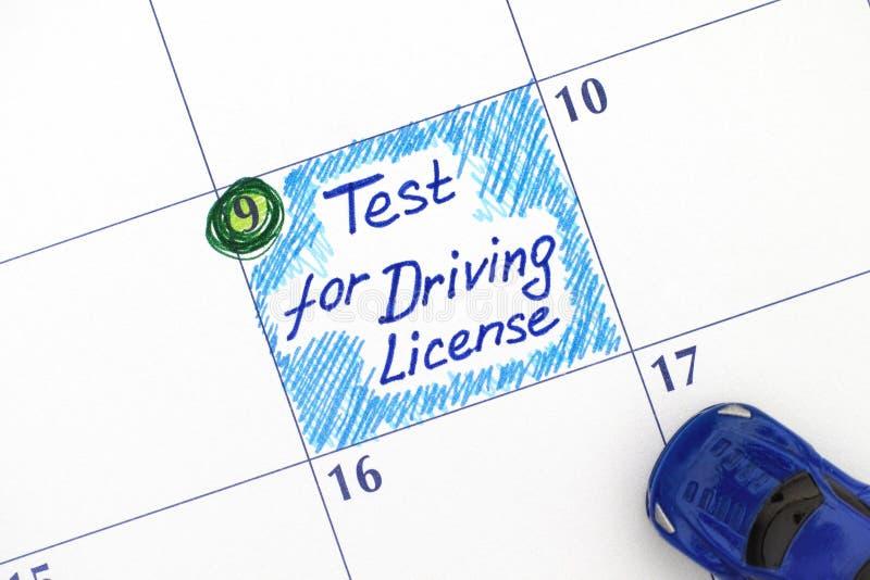 Przypomnienie test dla Napędowego licencja w kalendarzu z błękitnym samochodem obraz stock