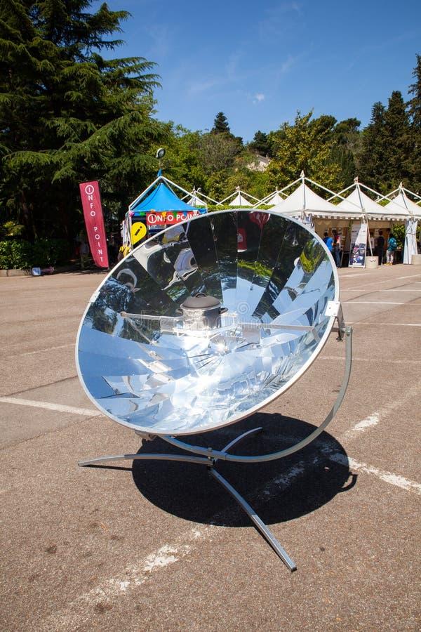 Przypowieściowy naczynie energii słonecznej lustro zdjęcia stock