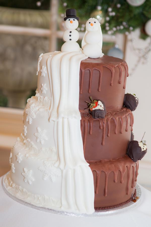 Przyrodni brown przyrodni biały ślubny tort fotografia royalty free