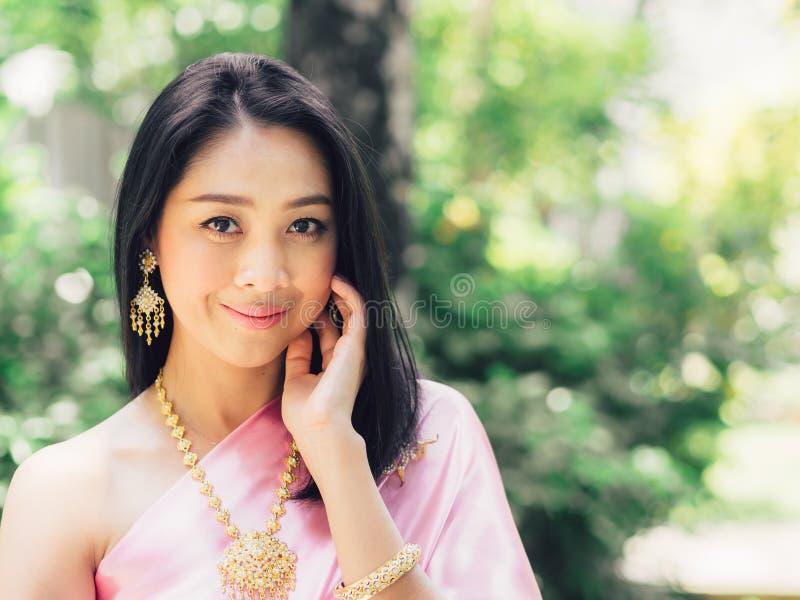Przyrodni cia?o portret Tajlandzka kobieta w Tajlandzkim tradycyjnym custume fotografia royalty free