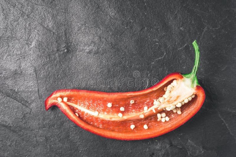 Przyrodni czerwony pieprz z zieloną gałąź na szarym kamieniu obrazy royalty free