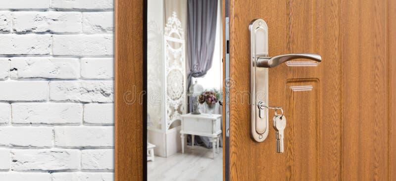 Przyrodni otwarte drzwi pokój, rękojeści zbliżenie obraz stock
