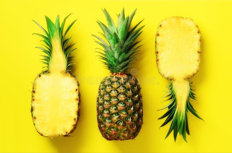 Przyrodni plasterek świeży ananas i cała owoc na żółtym tle Odgórny widok kosmos kopii Jaskrawy ananasa wzór dla obrazy stock
